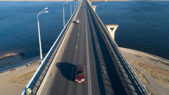 Волгоградцы застряли в пробке на «танцующем» мосту по дороге на работу