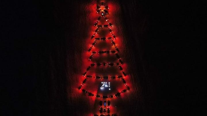 Челябинцы построили новогоднюю ёлку из 65 внедорожников