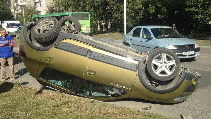 На Металлургов Renault столкнулся с ВАЗом и опрокинулся на крышу