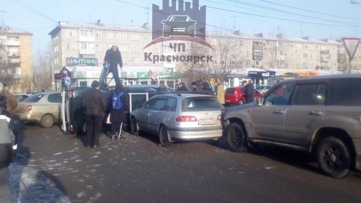 «Это вообще экшен»: на Павлова в аварии сошлись четыре машины, одна перевернулась