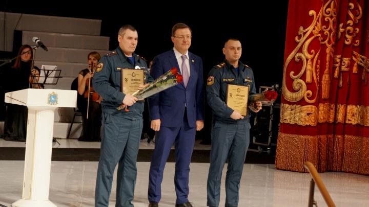 Самарских пожарных наградили за спасенного из огня мальчика