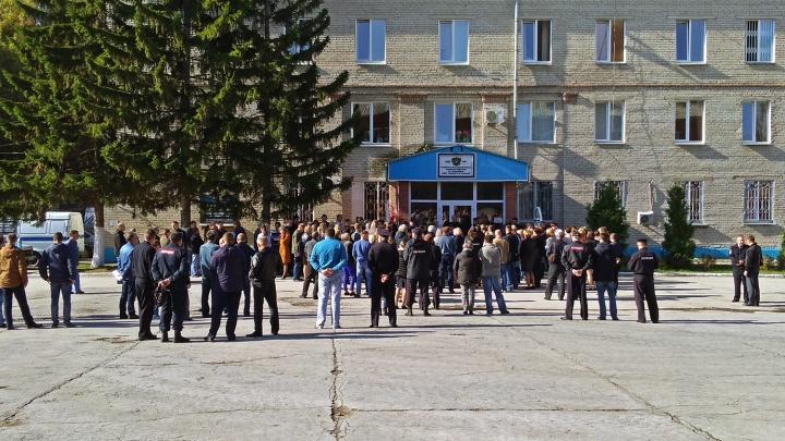 Десятки новосибирцев пришли на церемонию прощания с погибшим в РОВД капитаном
