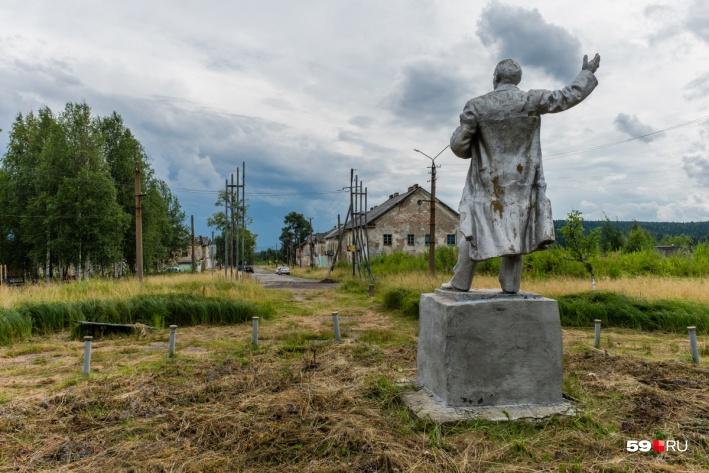 Ленин то ли встречает, то ли провожает гостей Шумихинского