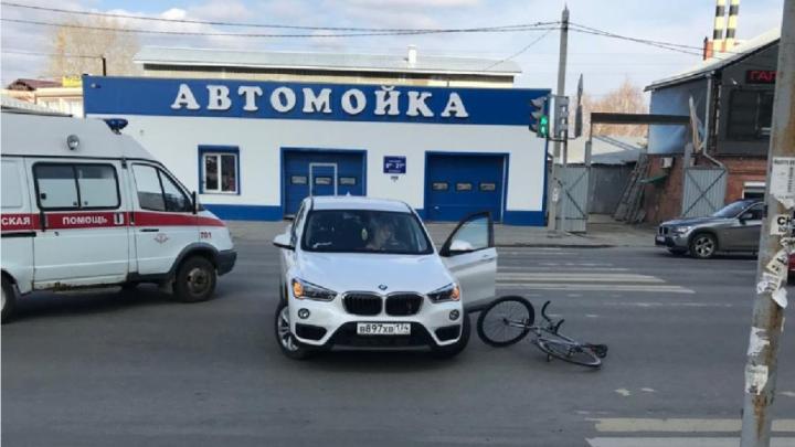 Подбила на развороте: челябинка на BMW врезалась в велосипедиста