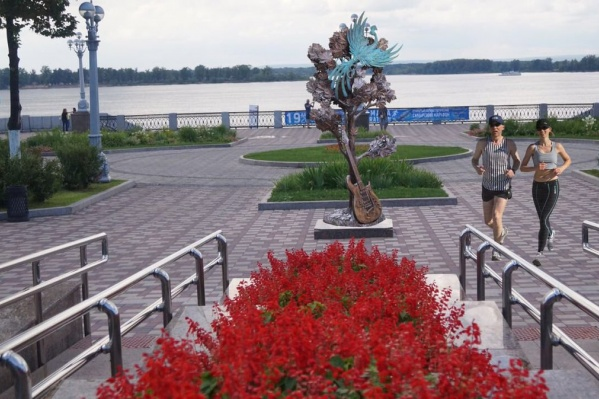 Скульптура посвящена известной песнеВИА «Синяя птица»