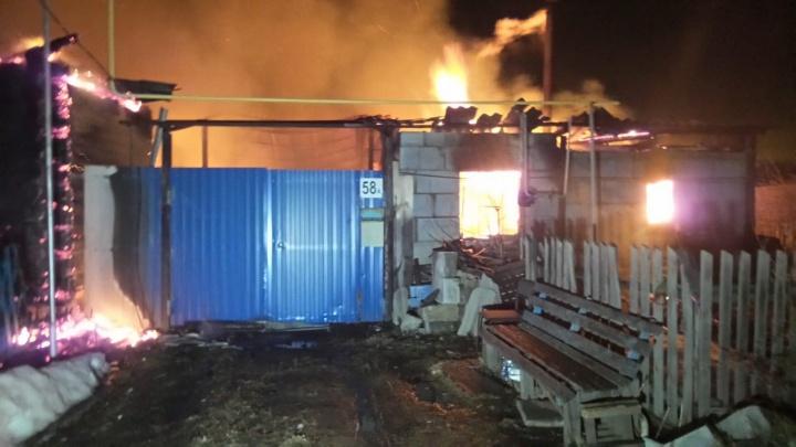 Парень спас бабушку с дедушкой, вытащив их через окно: под Екатеринбургом сгорели два дома