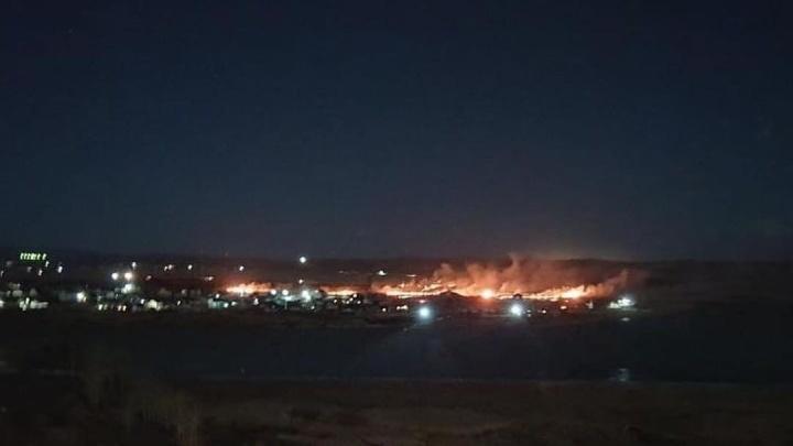 «Огненное зарево»: ночной пожар в Минино испугал красноярцев