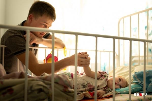 Еву бросила мама, когда ей было всего несколько месяцев. Но Александр не испугался трудностей, взял на работе декретный отпуск и стал отцом-одиночкой