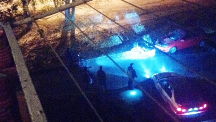 24-летняя омичка на мотоцикле врезалась в припаркованную во дворе машину