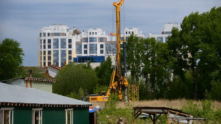 На месте снесенной телебашни в Екатеринбурге начали вбивать строительные сваи