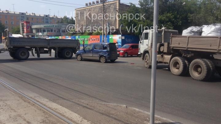 Авария с КАМАЗом блокировала движение по Красрабу