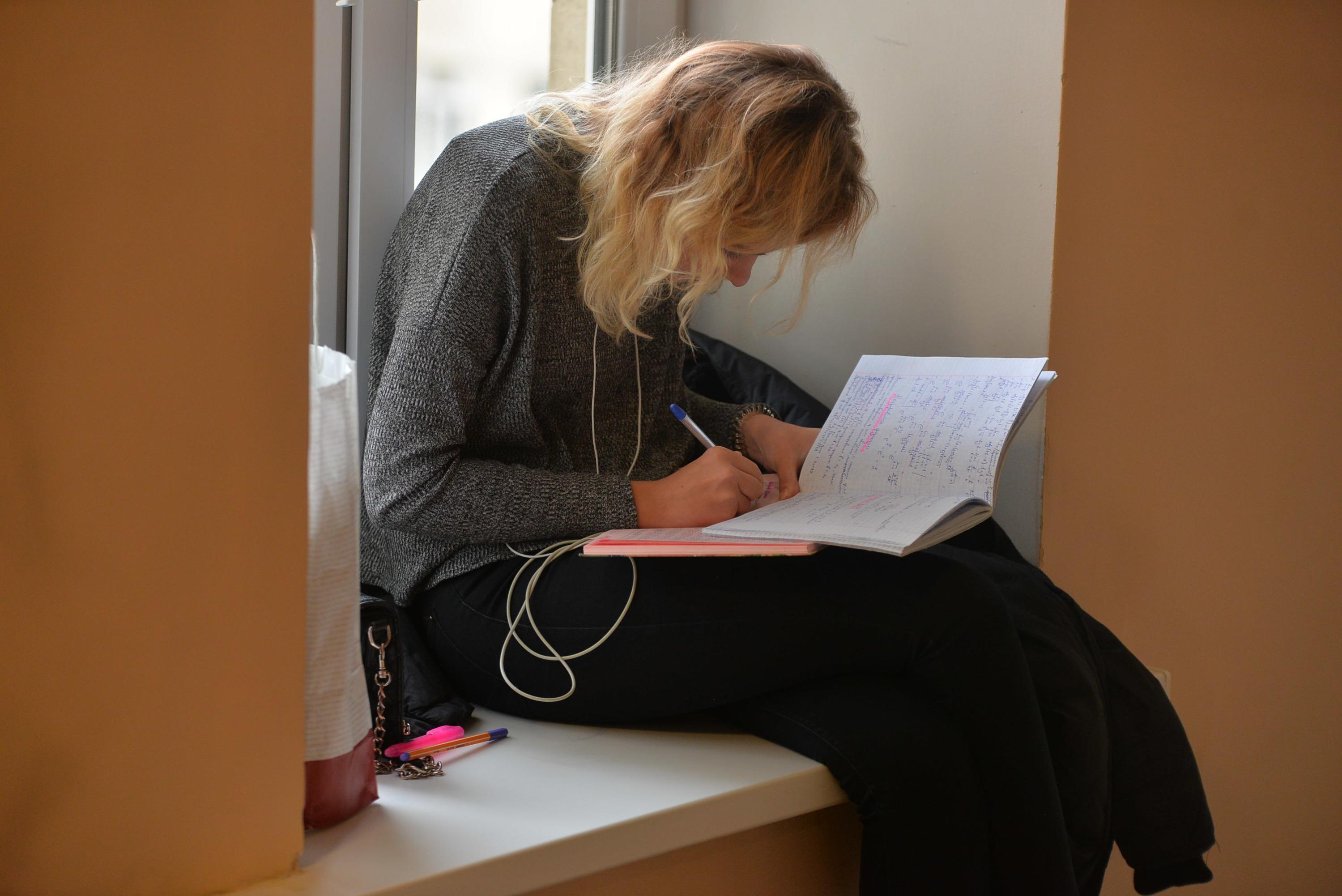 Самые доступные по цене специальности в УрФУ стоят 138 700 рублей в год — это, например, математика, социология, филология и ряд других