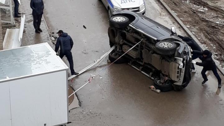 «Это как надо лететь»: Mitsubishi Pajero перевернулся на бок у «Зеленого кольца» в Волгограде