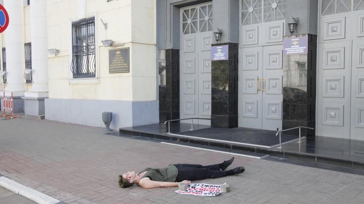 «Теперь поможете?»: в Ярославле у дверей полиции устроили акцию против домашнего насилия