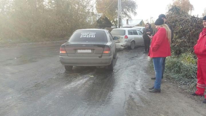 Повело на гололёде: водители начали биться на скользкой дороге