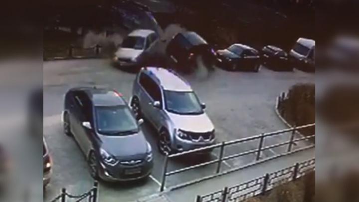 Почти перевернулся в полете: появилось видео, как лихач на Toyota RAV 4 таранит машины в Парковом