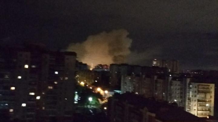 Эвакуировали шестерых: на Уралмаше сгорел деревянный дом, отправленный под снос