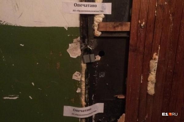 Сейчас дверь в квартиру опечатана