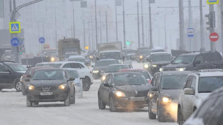 Весь день в пробках: снегопад за два дня до весны парализовал движение в Екатеринбурге