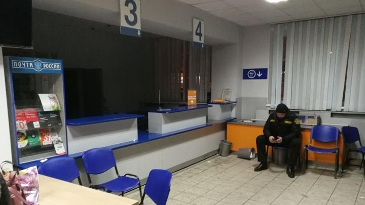 Екатеринбуржцы забаррикадировались в закрывшемся отделении «Почты России», чтобы получить посылки