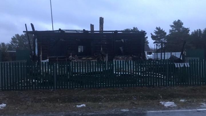 «Родители сумели спастись»: в тюменской деревне ночью сгорели дом и иномарка