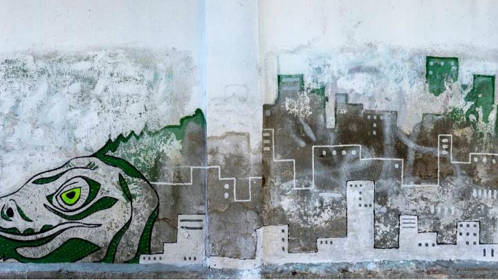 На Куйбышева появились граффити с динозавром, на котором стоит Екатеринбург: разглядываем работу
