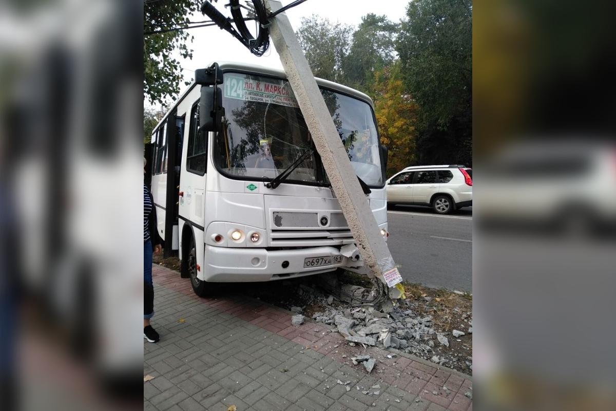 Автобус врезался в столб у дороги