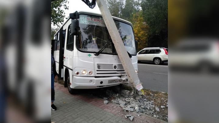 В Аксае автобус с пассажирами врезался в иномарку