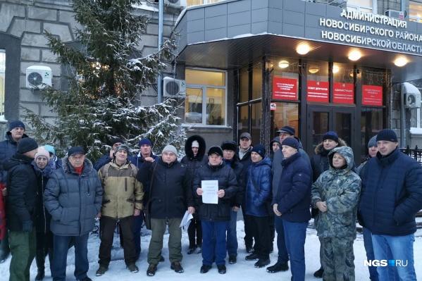Сегодня утром у здания администрации Новосибирского района прошёл пикет: собралось около 40 льготников, требовавших землю
