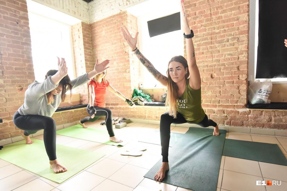 «Чтобы перестать думать, надо свернуться в бараний рог»: юрист бросила работу, чтобы учить йоге