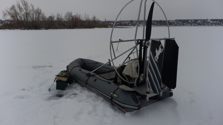 В Самарской области рыбак испытал свой «снеголет» на первом льду