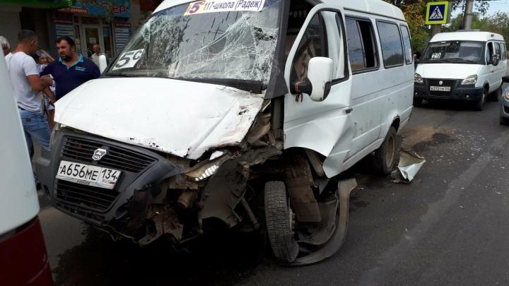 На юге Волгограда в столкновении маршруток пострадали двое человек