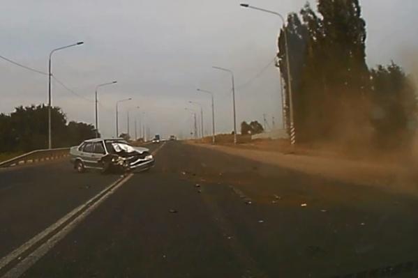 Из-за удара машины превратились в груды железа