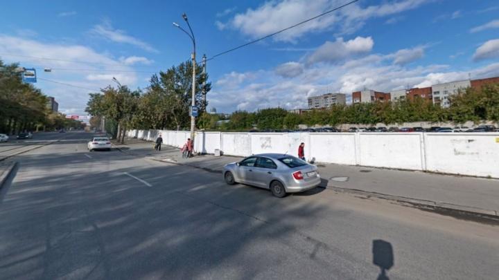 У законсервированной станции метро на 8 Марта убрали бетонный забор, стоявший там десятилетия