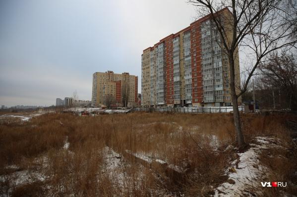 Здесь институт городского строительства предполагал возвести дом с видом на Волгу