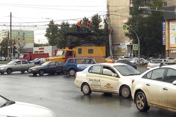 На этом участке два трамвайно-троллейбусных пересечения