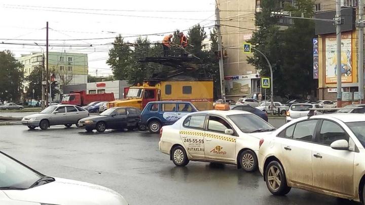 Грузовая машина оборвала провода и парализовала движение электротранспорта на Северо-Запад