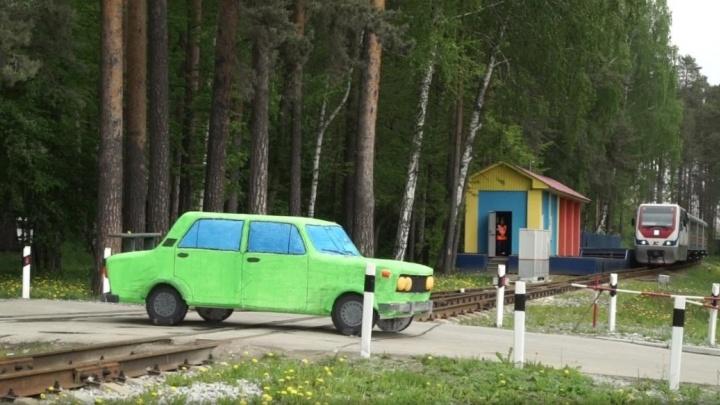 Разлетелся на мелкие части: в ЦПКиО на глазах детей локомотив снёс ВАЗ