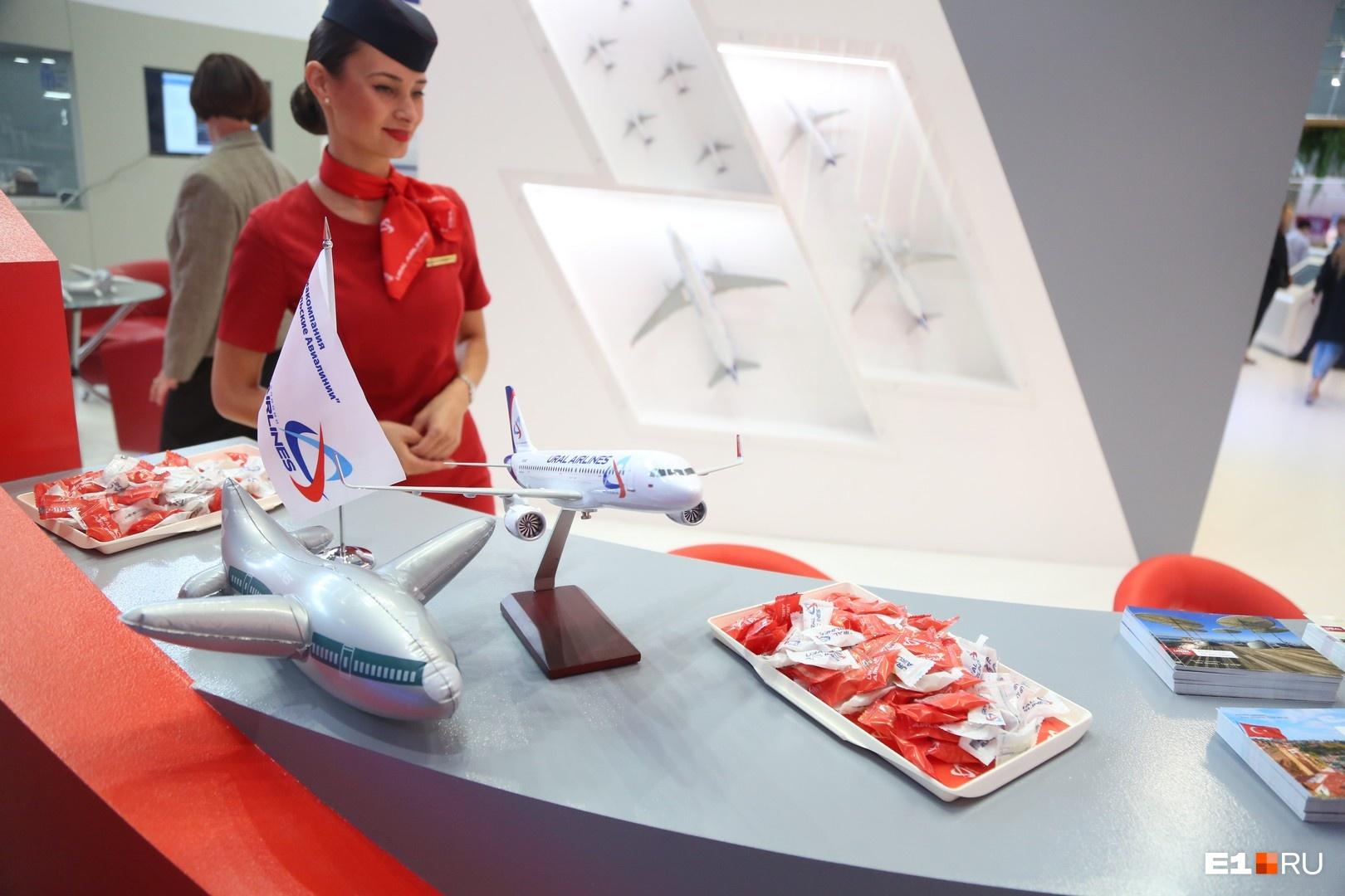 Все дети вне зависимости от возраста любят конфеты и подарки. За этим нужно идти на стенд «Уральских авиалиний». Здесь угостят леденцами, которые стюардессы обычно раздают на борту, и подарят надувной самолетик