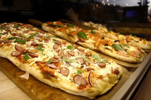 В отличие от первого Morricone в новом заведении пиццу можно купить порциями — цены начинаются с 99 рублей за кусок