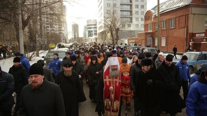 В столице Урала в день памяти святой Екатерины верующие прошли крестным ходом с ее мощами