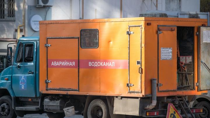 Прорвало трубу: в Ростове улицу Большую Садовую затопило водой