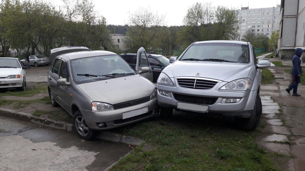 Фото: в Новосибирске «Лада» без водителя врезалась в иномарку