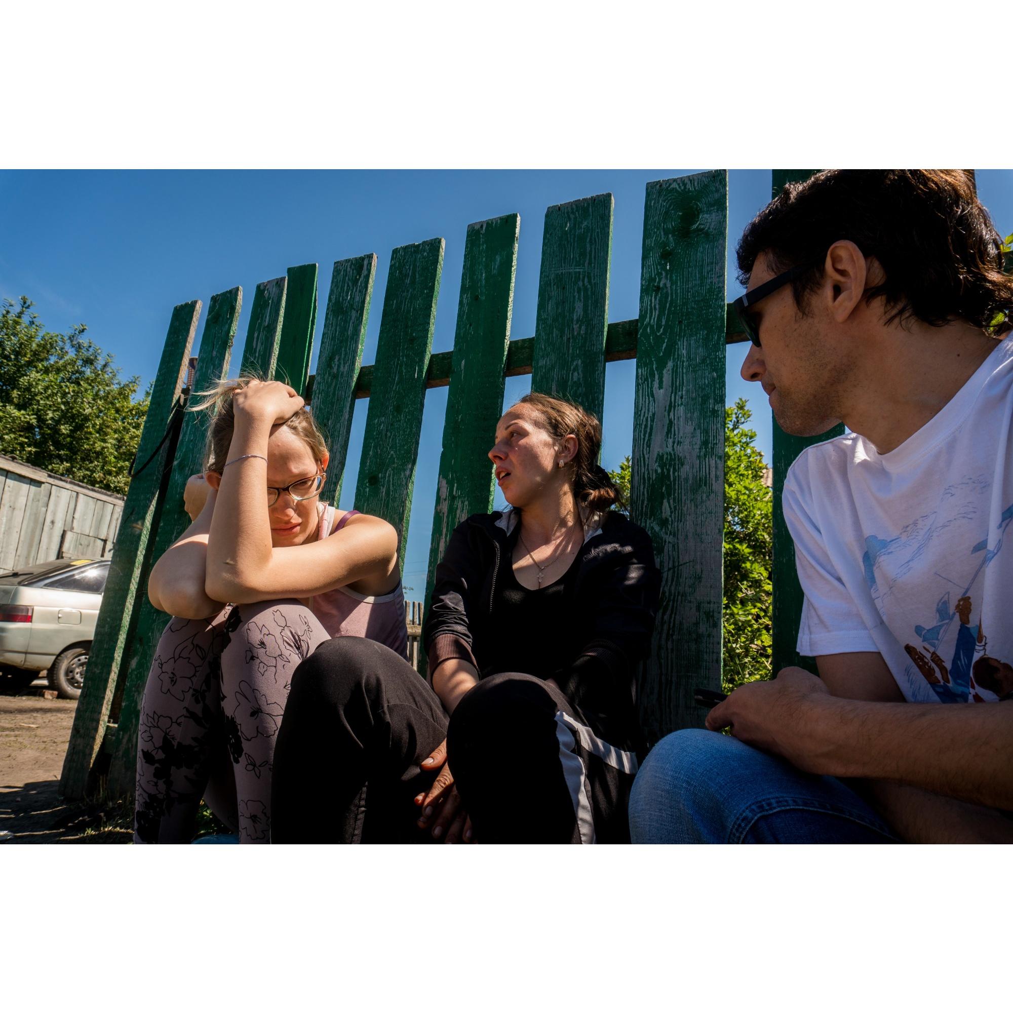 Дочери пострадавшей Надежды Сенцовой: Ксения Кривушина (слева) и Анастасия Сенцова (в центре)