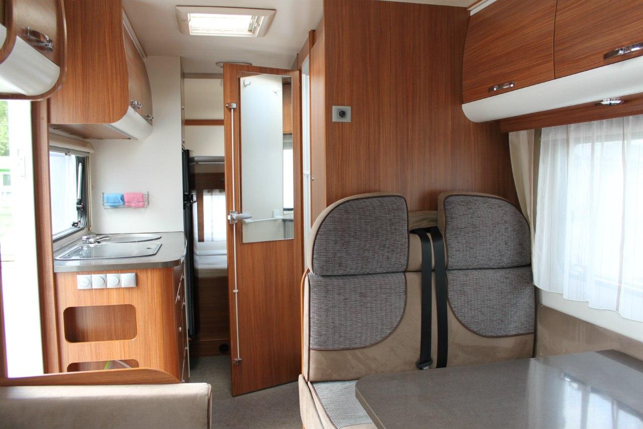 А вот и автодом изнутри. За приоткрытой дверью находятся ванная и туалет. Позади— два спальных места и просторный шкаф