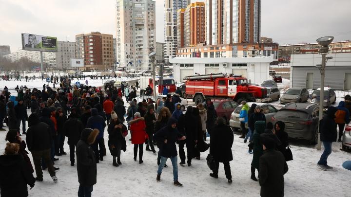 Фоторепортаж: МЧС вывело на улицу сотрудников бизнес-центра на Фрунзе