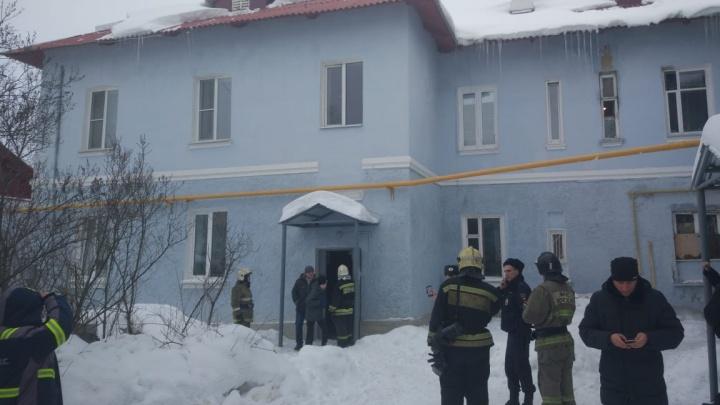 В Первоуральске пришлось эвакуировать жильцов старого дома, где частично обвалился потолок