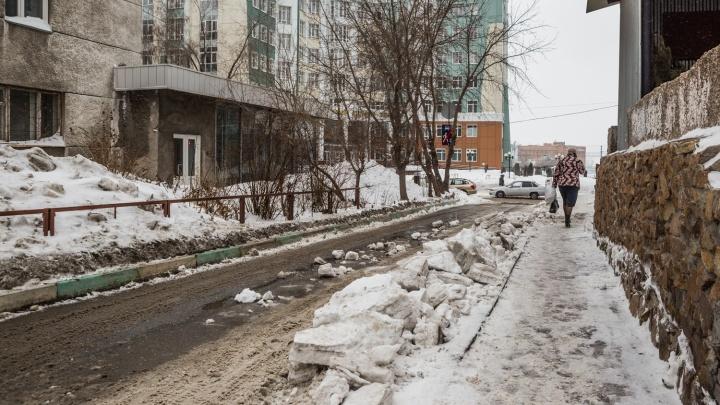 Снег с крыши общежития свалился на женщину с коляской в Октябрьском районе, ребёнка доставили в больницу