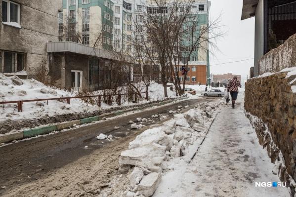 Снег свалился с крыши общежития №6 Новосибирского государственного аграрного университета