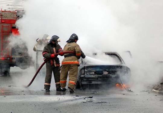 В центре Архангельска загорелась припаркованная иномарка